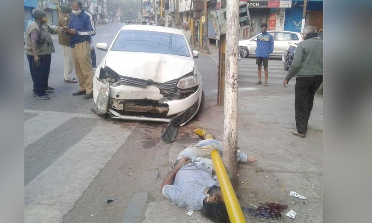 सड़क किनारे खड़े ऑटो चालक को कार ने मारी बड़ी टक्कर