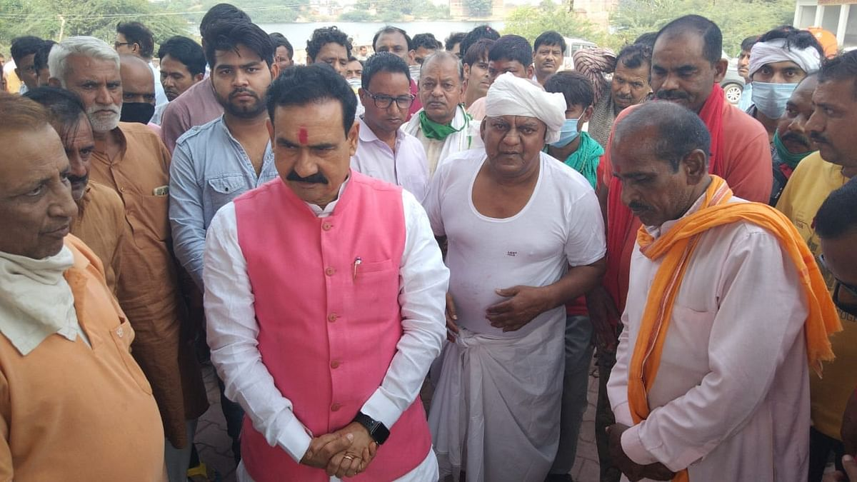 बीजेपी नेता योगेश सक्सेना के पिताजी की अंतिम यात्रा में हुए शामिल