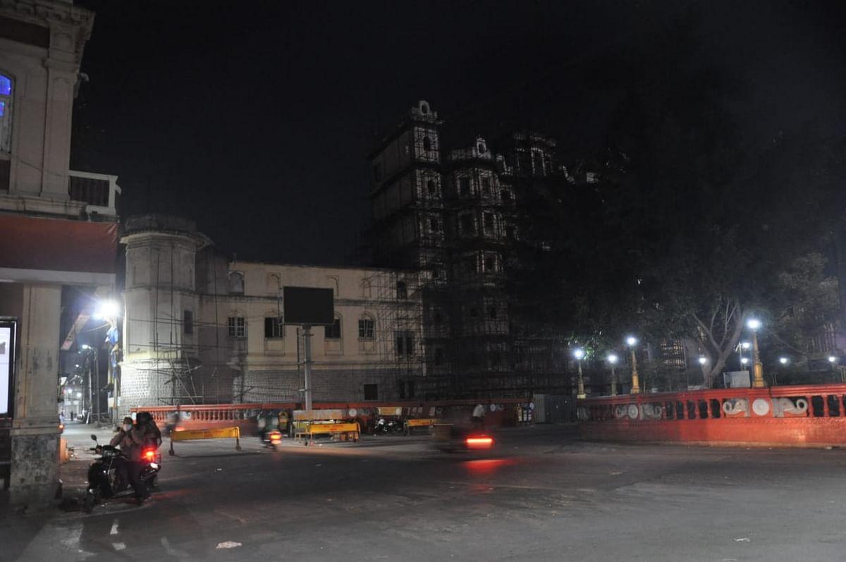 रात 10 बजे बाद राजबाड़ा पर कर्फ्यू में सुनसान सड़को का नजारा