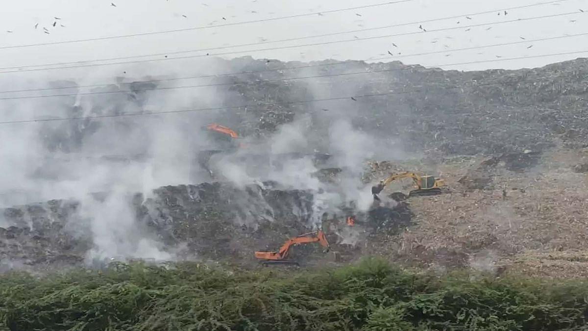 दिल्ली में गाजीपुर लैंडफिल साइट पर भीषण आग से चारों तरफ धुएं की धुंध
