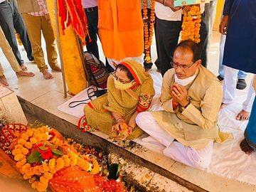 पूजा करते दिखे सीएम और उनकी धर्मपत्नी