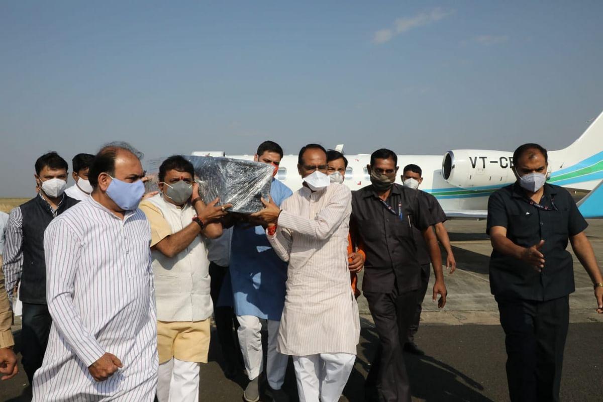 सीएम ने कैलाश सारंग की पार्थिव देह को दिया कंधा, शाम 4 बजे अंतिम संस्कार
