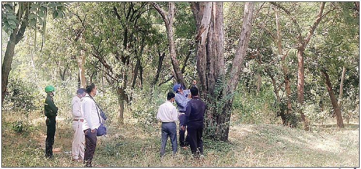 घटनास्थल पर जांच करते हुए एफएसएल अधिकारी