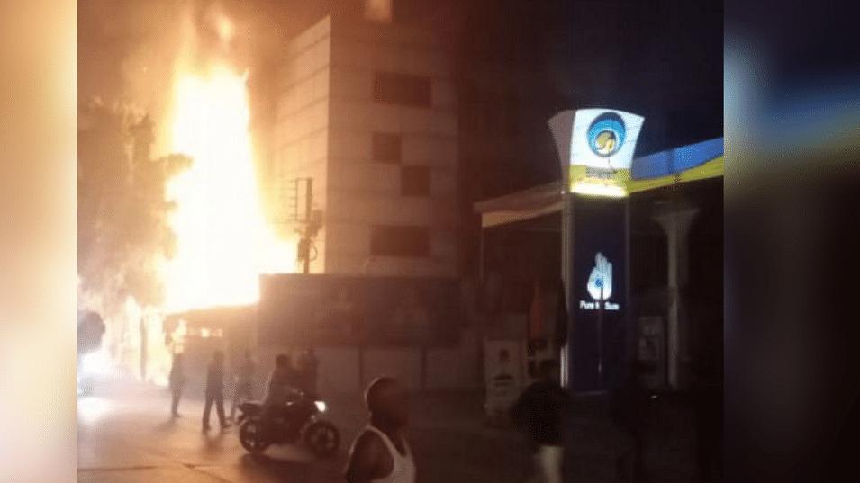 इंदौर: दिवाली की रात टेंट गोदाम में लगी आग, दहशत से मची अफरा-तफरी