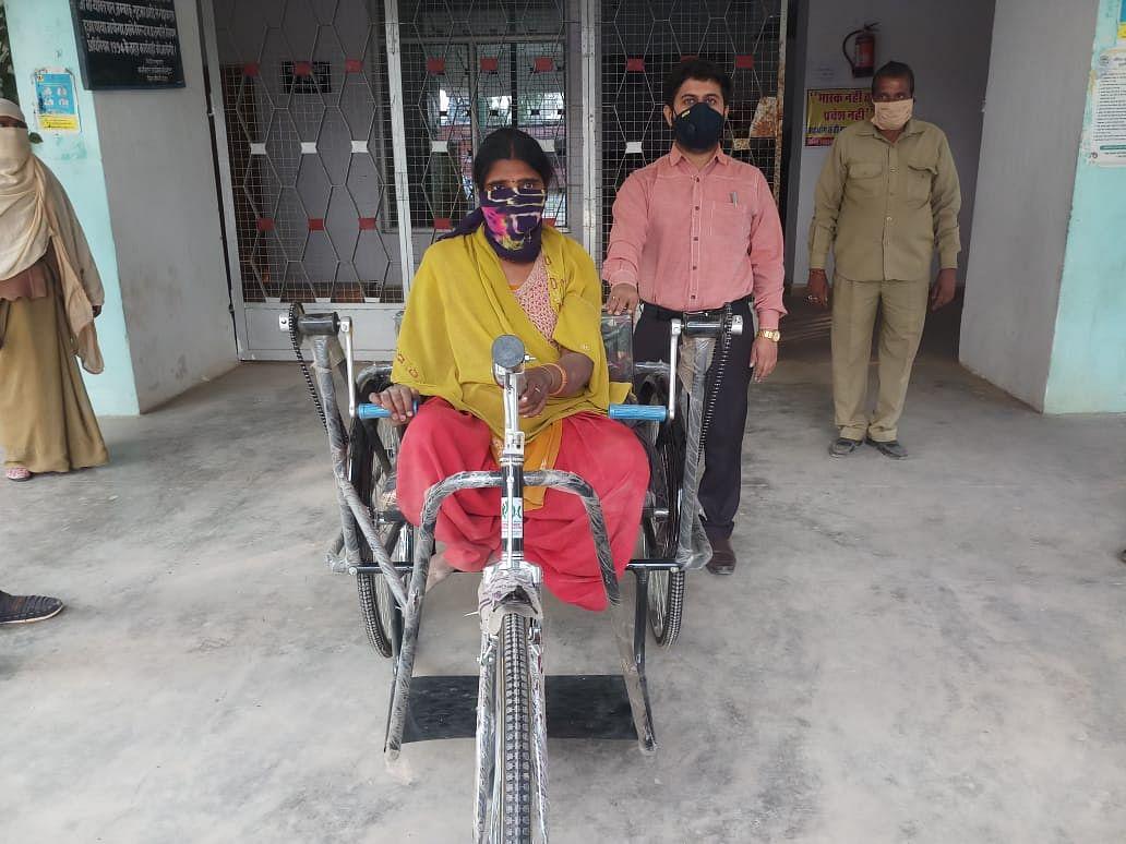 सीधी : विकलांग सुनीता को मिला सहारा, जिला प्रशासन ने किया आत्मनिर्भर