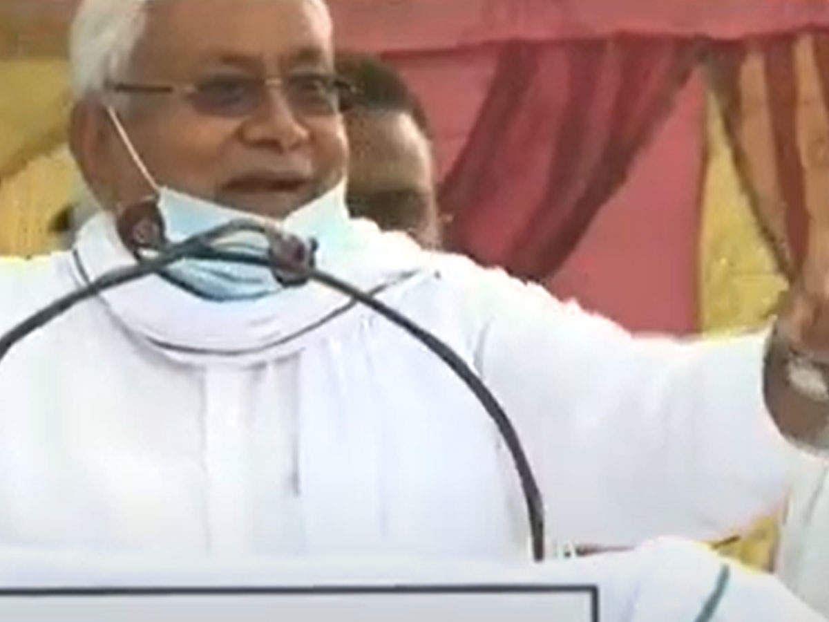 बिहार में नीतीश की रैली में पत्थरों की बौछार, मंच से बोले CM-और फेंको...