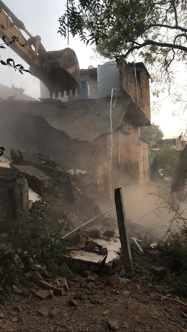 प्रशासन ने अवैध निर्माणों पर की कार्रवाई