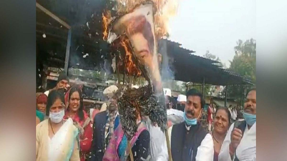 'शूद्र' वाले बयान पर बवाल, कांग्रेस नेताओं ने प्रज्ञा ठाकुर का जलाया पुतला