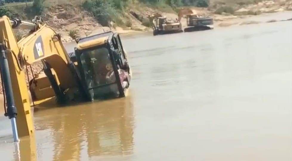 नदी के बिच में कर रहे उत्त्खनन