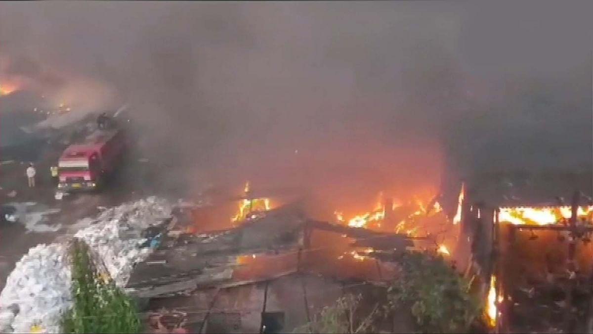 इंदौर : सेटटॉप गोडाऊन में भीषण आग, करोड़ों का नुकसान