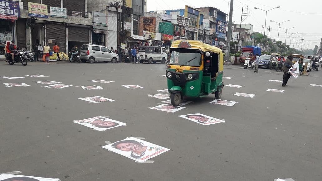 इंदौर: बंगाल की सीएम के विरोध का नया तरीका- आम सड़क पर चिपकाए ममता के पोस्टर