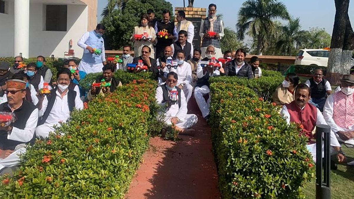 किसान आंदोलन का समर्थन: MP विधानसभा परिसर में कांग्रेस का मौन धरना शुरू
