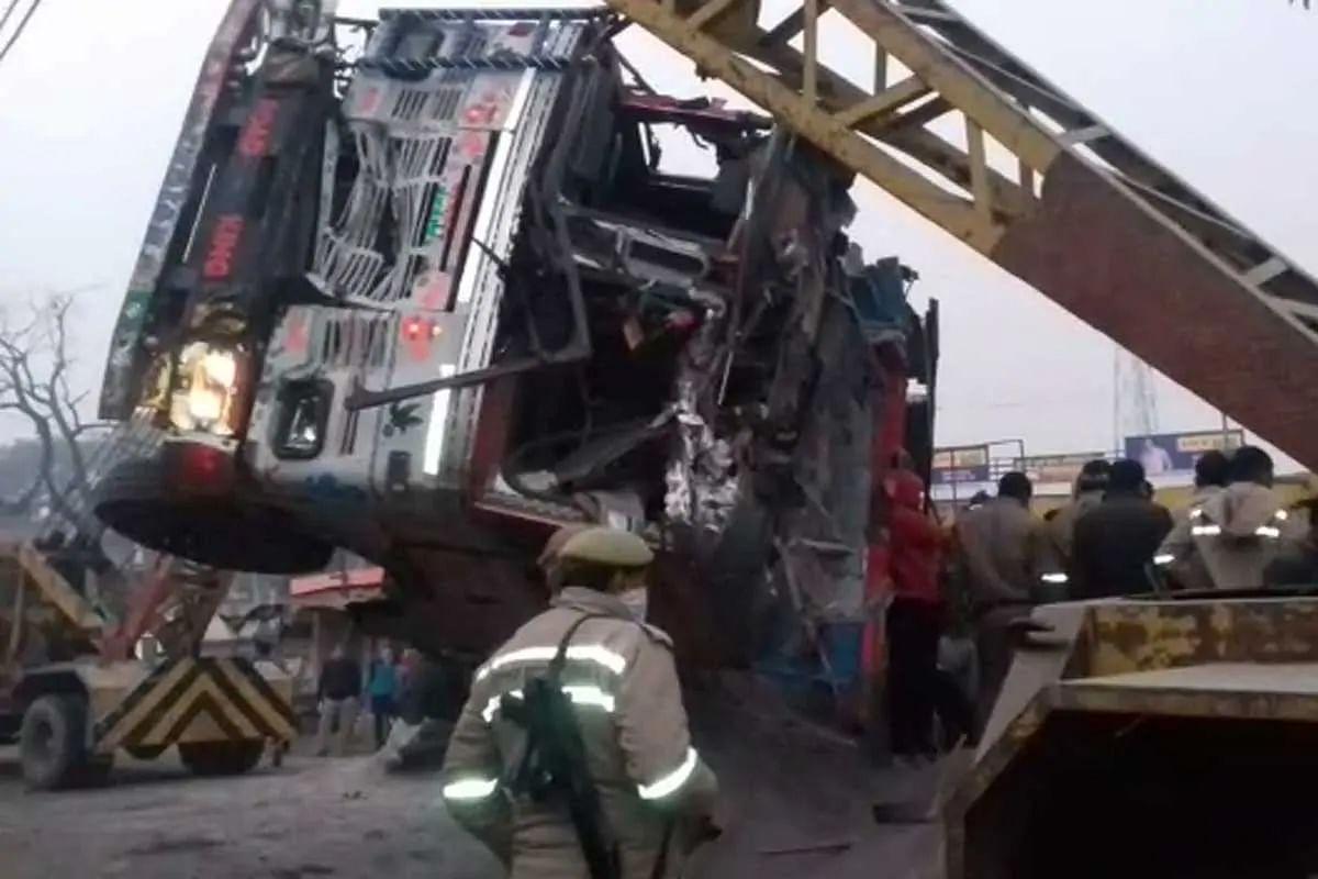 उत्तर प्रदेश: कौशांबी में भयानक हादसा- बालू से लदा ट्रक स्कॉर्पियो पर पलटा