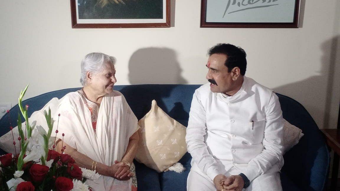 अमिताभ बच्चन की सास 'इंदिरा भादुड़ी' से मिले मिश्रा, पैर छूकर मांगा आशीर्वाद
