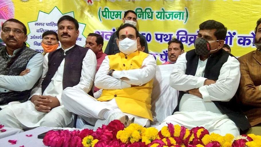 दतिया: गृहमंत्री नरोत्तम मिश्रा ने 250 पथ विक्रेताओं को किया राशि का वितरण