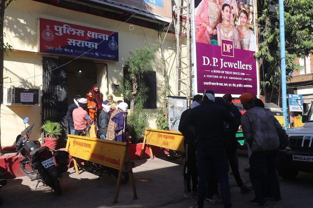 इंदौर : दो लड़कियों ने एक फीट लंबे चाकू से मचाया आतंक