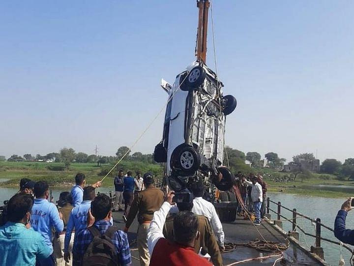 उज्जैन में हुआ हादसा : रेलिंग को तोड़ते हुए नदी में जा गिरी कार