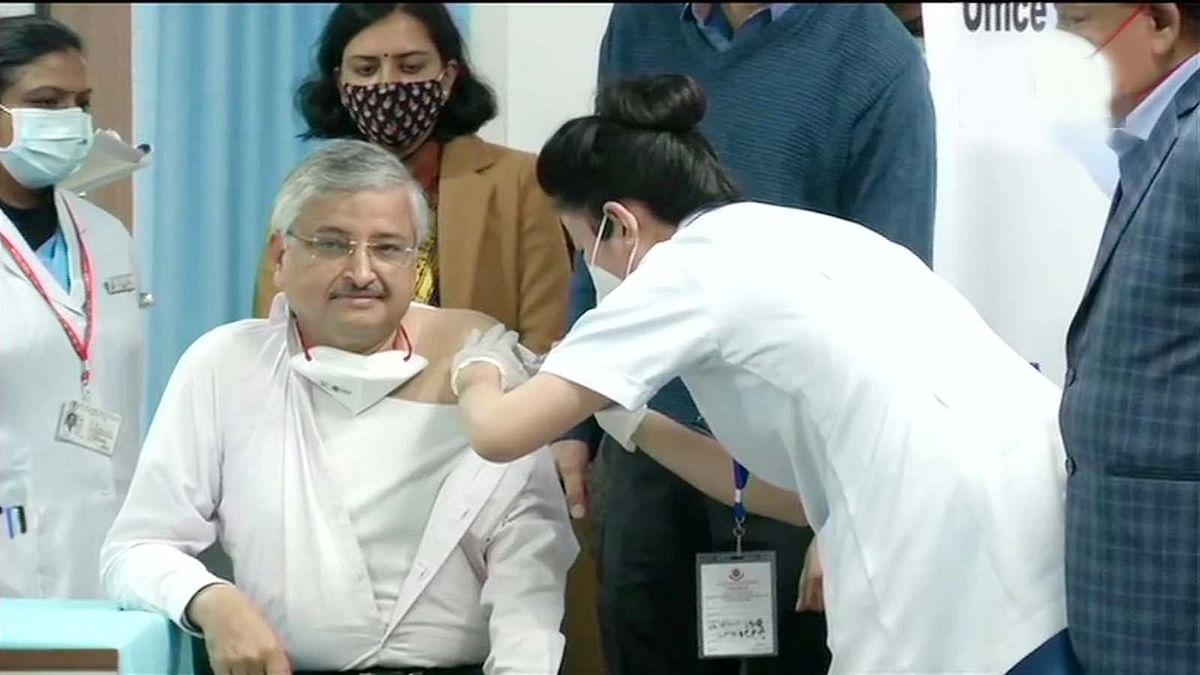 दिल्ली के AIIMS में वैक्सीनेशन शुरू-रणदीप गुलेरिया ने लगवाई वैक्सीन की डोज