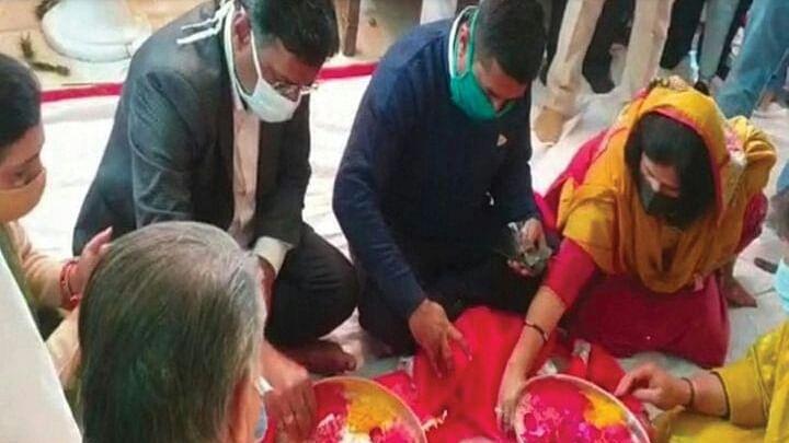 इंदौर: बुजुर्गों के अपमान पर कलेक्टर मनीष ने खजराना मंदिर में मांगी क्षमा