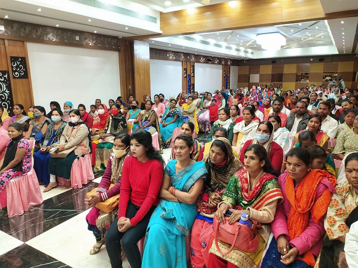 संस्था अर्थ संगिनी द्वारा आयोजित कार्यक्रम में उपस्थित जन समूह