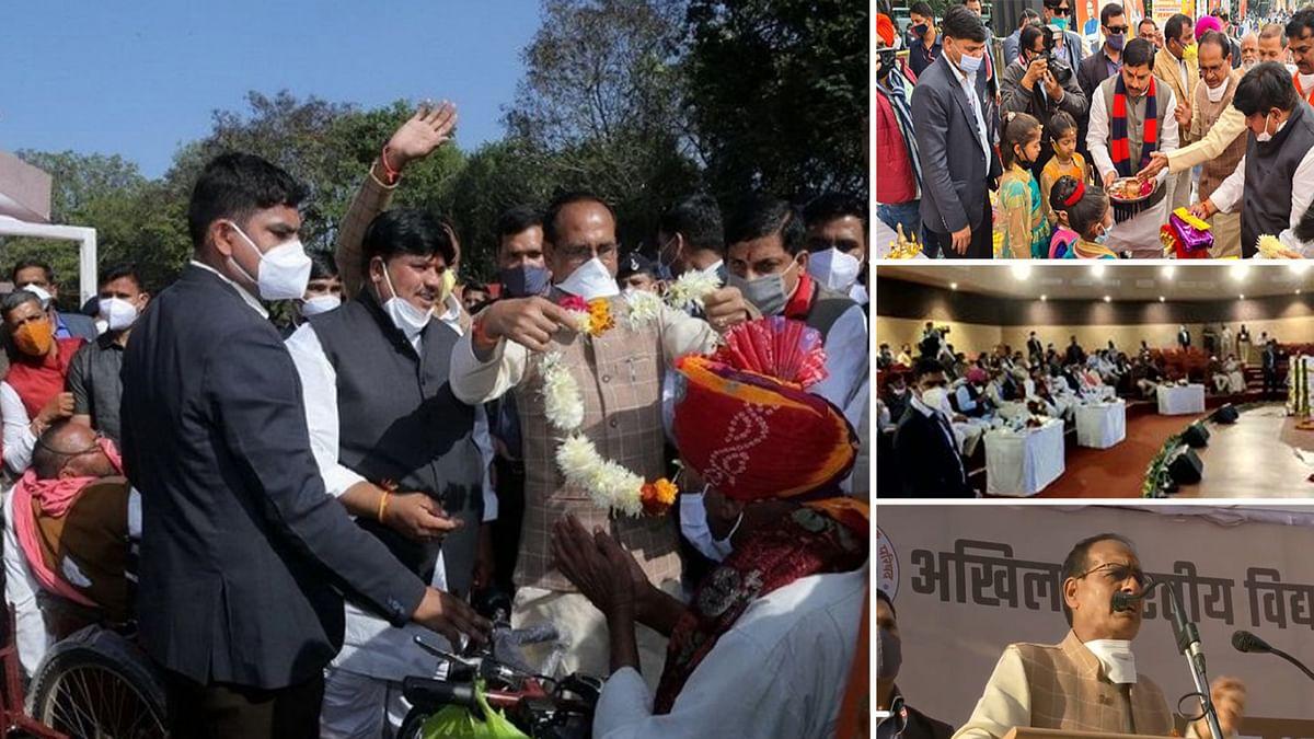 CM शिवराज ने कालिदास अकादमी में दिव्यांगों को बांटी बैटरी चलित ट्राई साइकिल
