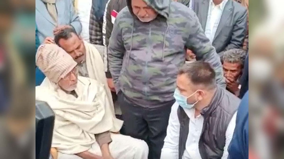 बिहार: छपरा में इंडिगो मैनेजर रूपेश के परिजनों से तेजस्वी यादव की मुलाकात