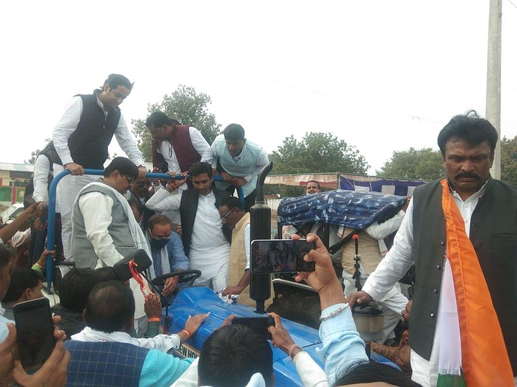 किसान विरोधी कृषि कानून के विरोध में टैक्टर चलाते कांग्रेस वरिष्ठ नेता