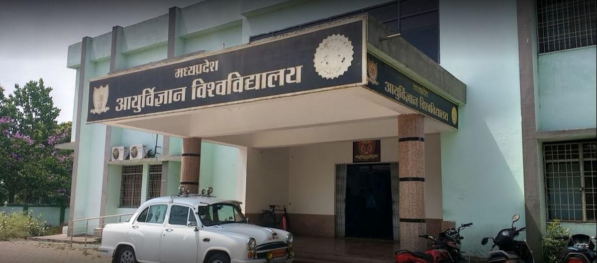 जबलपुर : मेडिकल विश्वविद्यालय के लेडीज बाथरूम में मिले कॉपियों के बंडल
