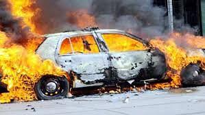 निजी चैनल के संवाददाता के घर के सामने खड़ी गाड़ियों में आगजनी,एक हिरासत में