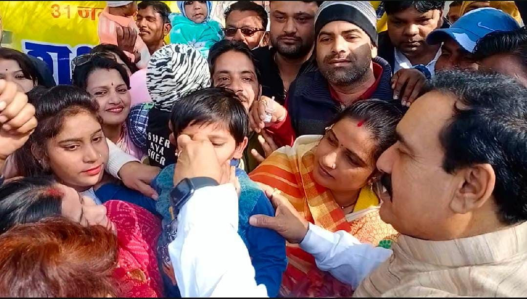 दतिया में डॉ. मिश्रा ने बच्चों को पोलियो की दवा पिलाकर अभियान की शुरुआत की
