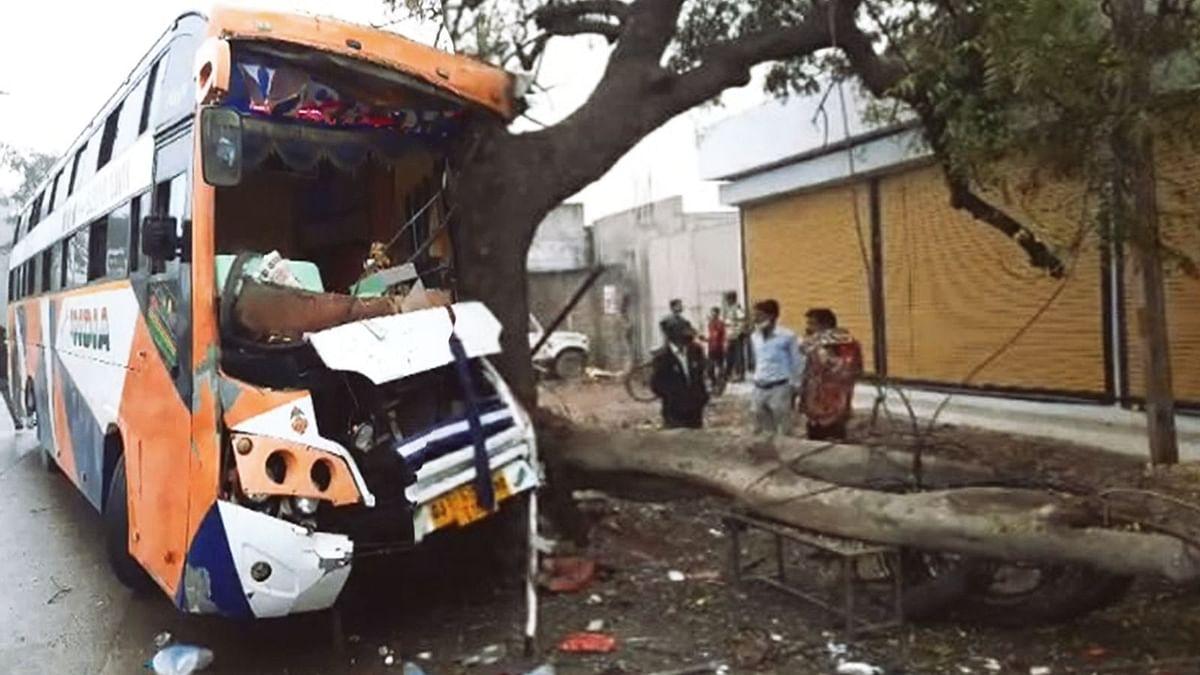 इंदौर में हुआ हादसा: यात्रियों से भरी बस अचानक पेड़ से टकराई, कई लोग घायल