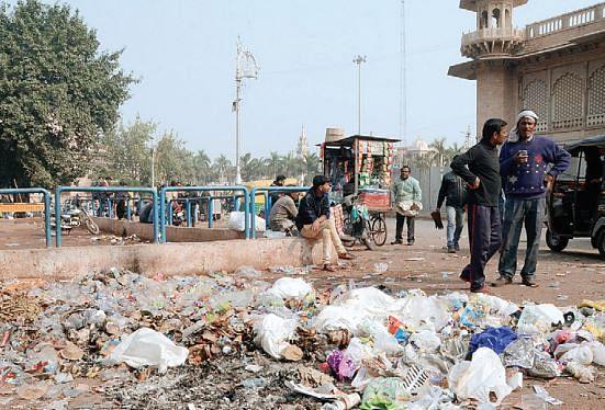 कचरा प्रदर्शन से नाराज हुए सीएम, निगमायुक्त को हटाने के दिए निर्देश