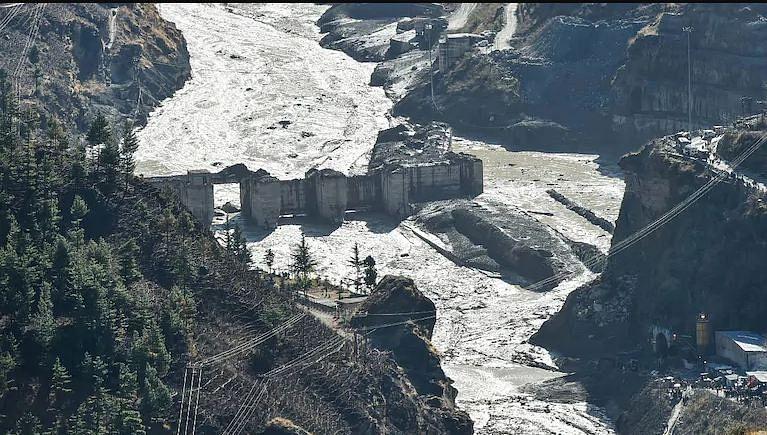 हिमस्खलन जनित बाढ़ की तबाही का मंजर।