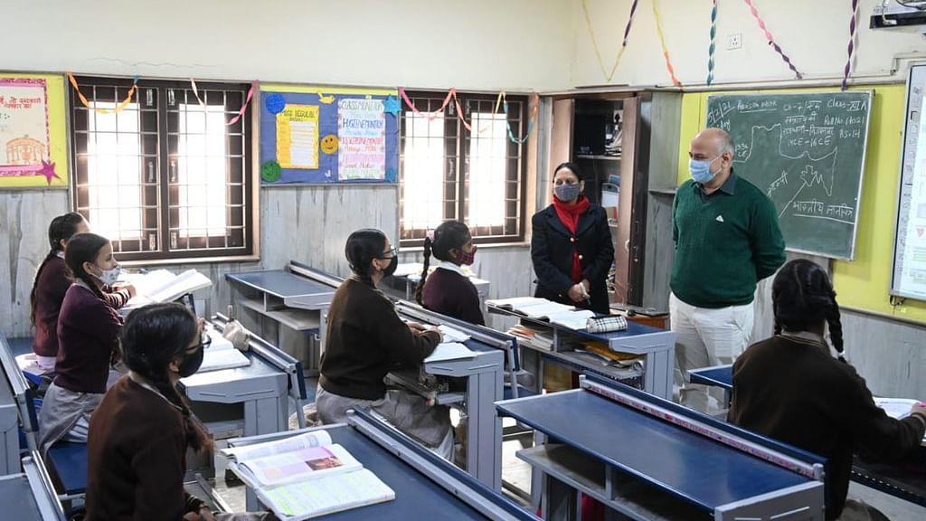 दिल्ली में खुले स्कूल, शिक्षा मंत्री बोले-लाइफ पटरी पर लौट रही
