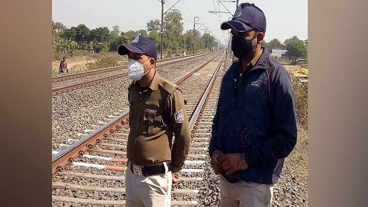रेलवे ट्रैक पर युवक की दो हिस्सों में कटी मिली लाश, जांच में जुटी पुलिस