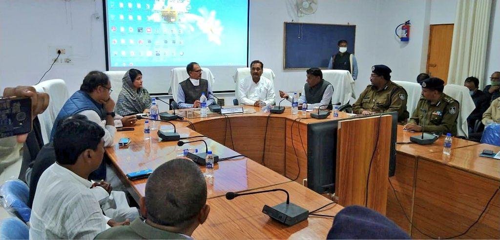 कलेक्टर ऑफिस सीधी में आईजी और कमिश्नर के साथ जिला प्रशासन के अधिकारियों की बैठक ली।