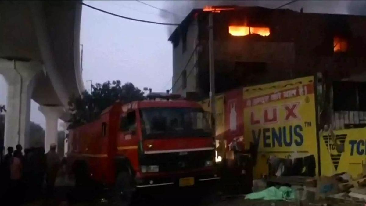 दिल्ली : प्रताप नगर फैक्ट्री में आग-बेकाबू आग बुझाने में जुटी अग्निशमन की टीम
