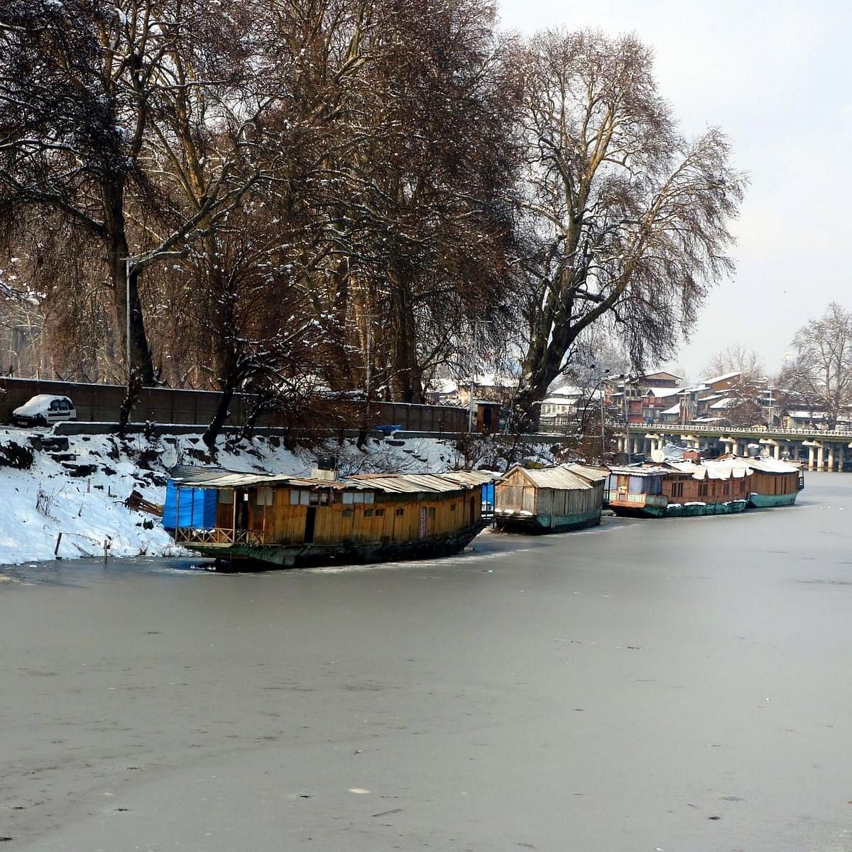 कश्मीर में मौसम हुआ सुहाना,रात के पारे में गिरावट