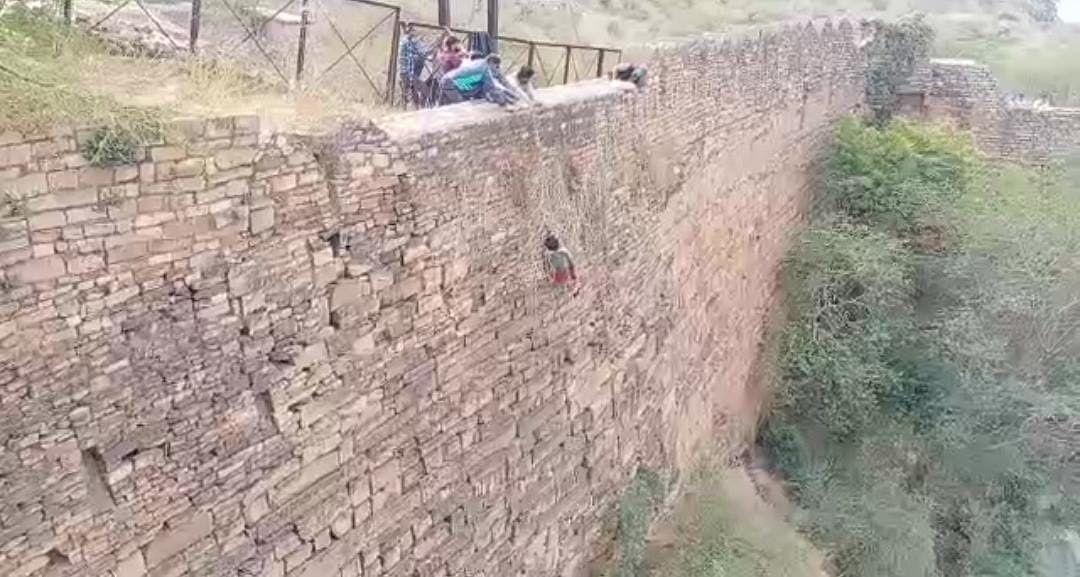 ग्वालियर : पढ़ाई के लिए पिता ने बेटे की डांट लगाई तो किले से कूदकर दी जान