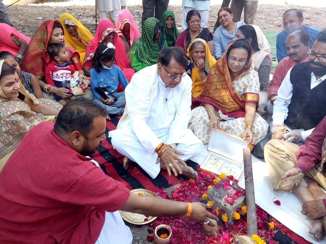 भोपाल : पूर्व मंत्री पीसी शर्मा ने किया मंगल भवन निर्माण का भूमि पूजन