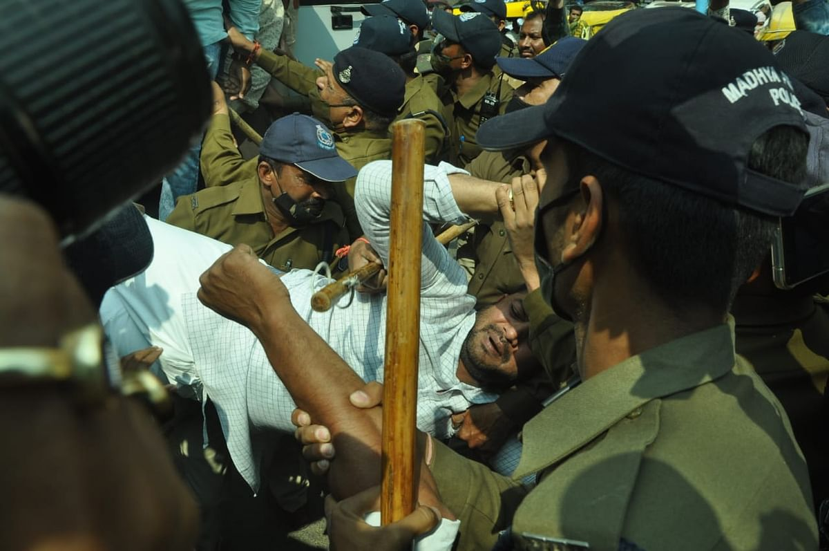 पुलिस गिरफ्त में प्रदर्शनकारी