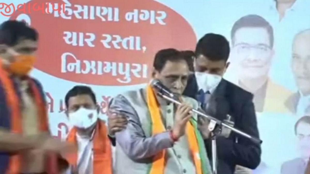 गुजरात में CM रूपाणी चुनावी भाषण देते वक्त मंच पर गिरे- अस्पताल में भर्ती