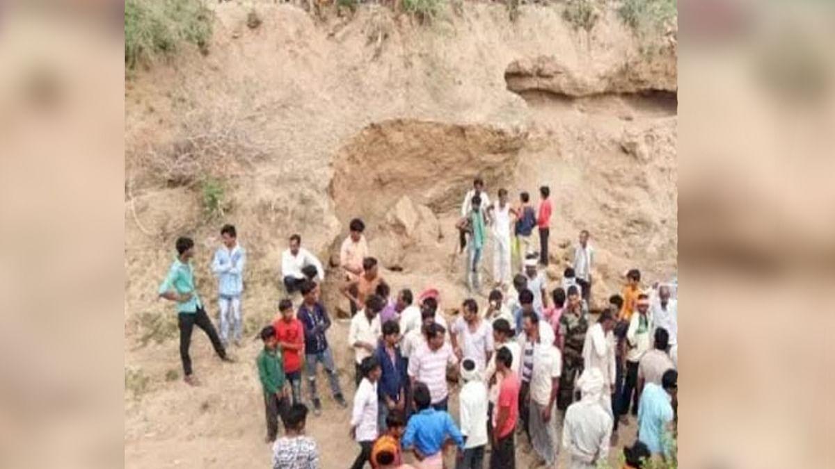 रेत खदान के धसने से 3 की मौत, खदान के पास शव रखकर परिजनों ने किया हंगामा