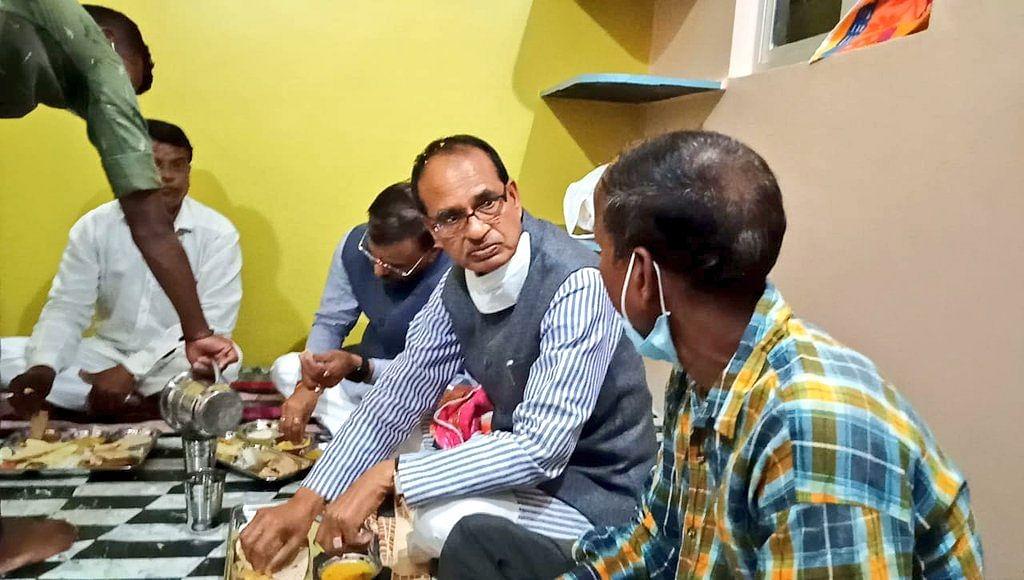 दमोह में शिवराज सिंह ने मन्नूलाल के घर किया भोजन