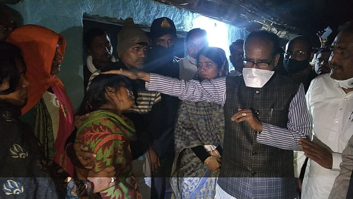 सीधी : बस पीड़ितों के परिजनों से मिले मुख्यमंत्री, कई अफसरों पर गिरी गाज