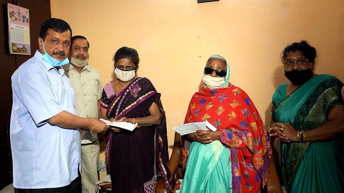 कोरोना योद्धा राकेश जैन के परिवार को CM केजरीवाल ने सौंपा 1 करोड़ का चैक