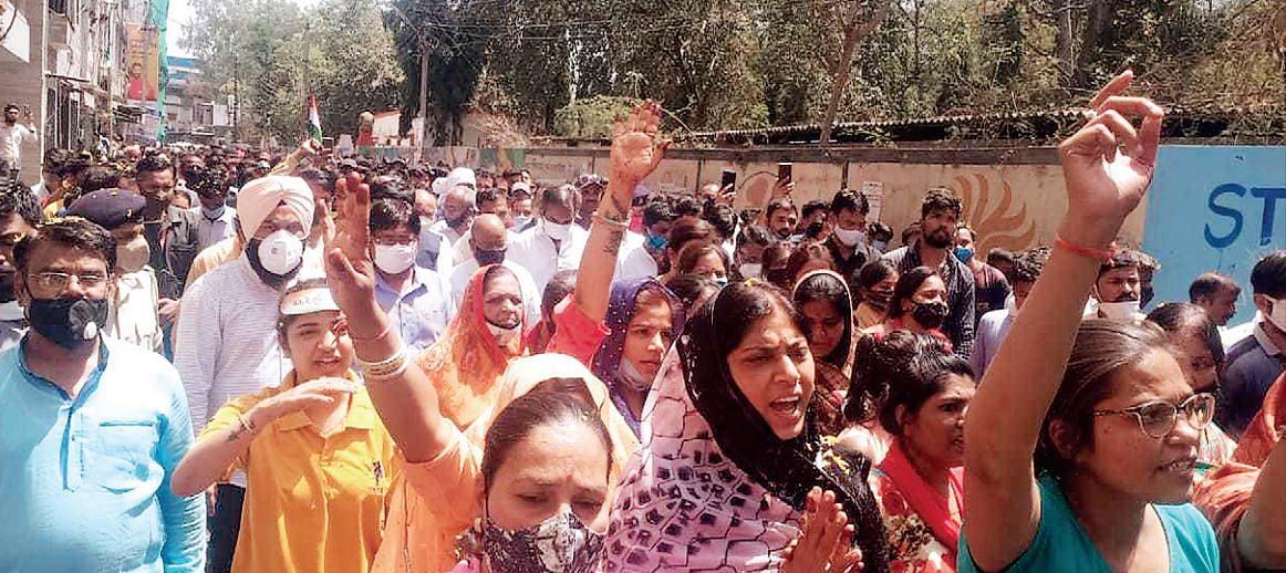 शहीद की अंतिम यात्रा में महिलाएं भी हुई शामिल