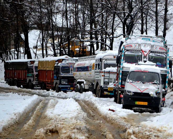 कश्मीर में सदूरवर्ती इलाकों में यातायात बहाल करने के लिए युद्धस्तर अभियान