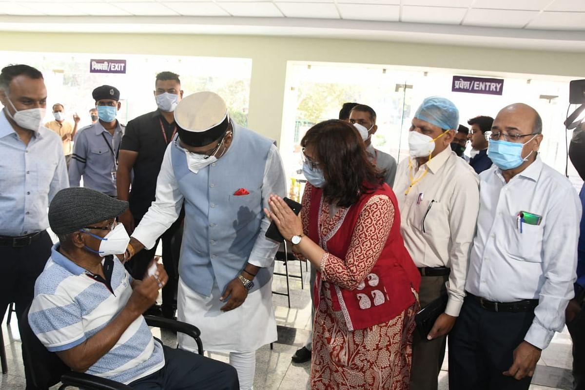 सारंग ने गांधी मेडिकल कॉलेज में वरिष्ठ नागरिकों के टीकाकरण का किया निरीक्षण