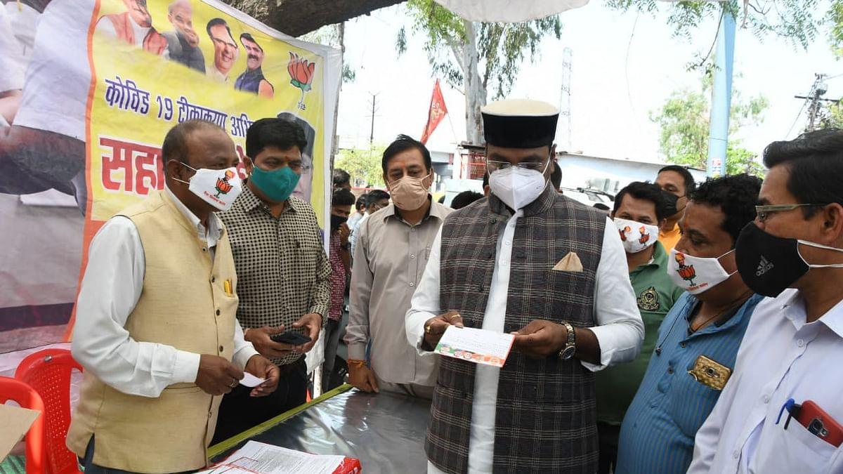 कोरोना के टीकाकरण को लेकर मंत्री विश्वास सारंग ने सहायता केंद्र का लिया जायजा